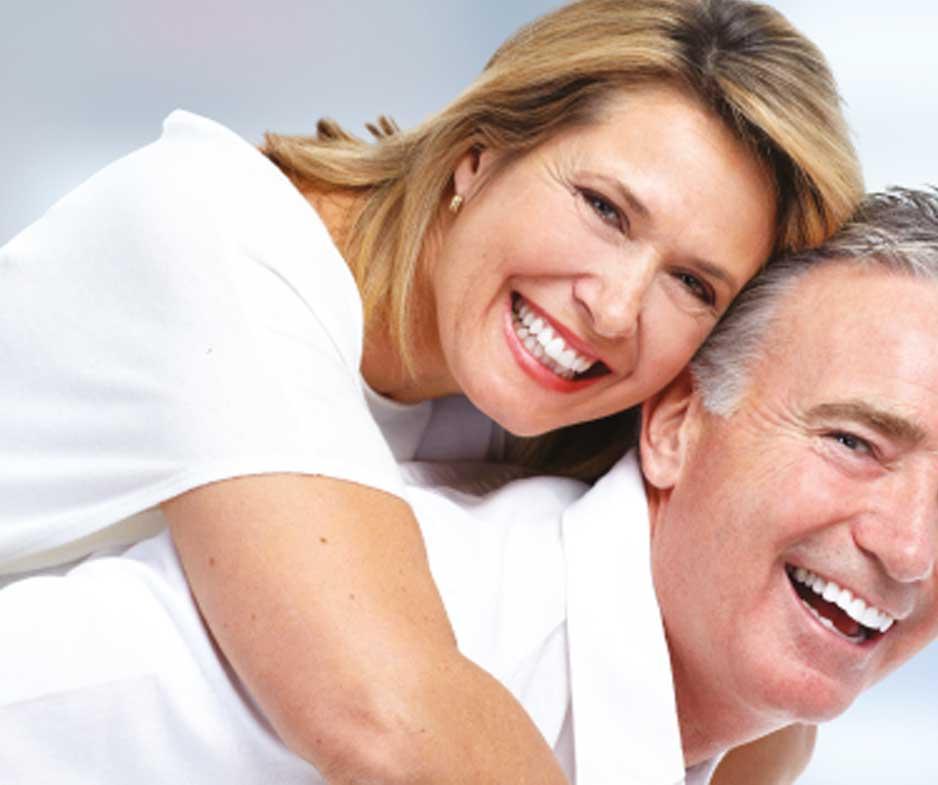 Couple mature souriant veut aider ses enfants à s'enrichir grâce à l'immobilier