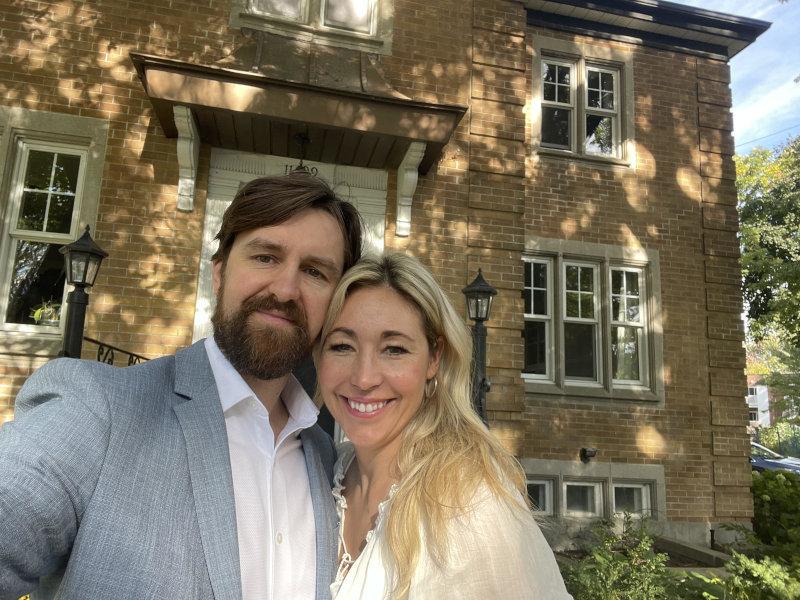 Christine et Dominique devant leur maison historique