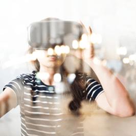 Jeune fille qui porte un masque de réalité virtuelle