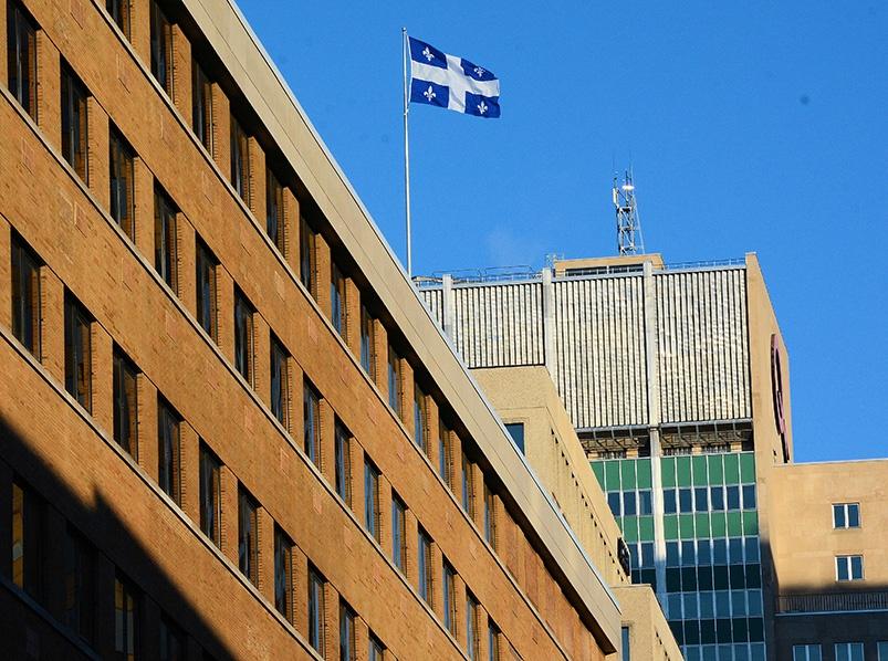Bâtisse des bureaux de notre Premier Ministre avec le drapeau du Québec.