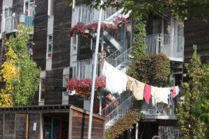 Une ruelle à Montréal où on voit du linge sur une corde à linge.