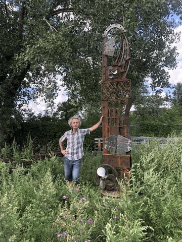 L'artiste Glenn LeMesurier à côté d'une de ses sculptures de fer recyclé.