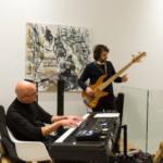 Un guitariste et un pianiste jouent durant une soirée