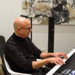 Un homme joue du piano durant une soirée