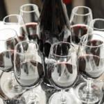 Gros plan sur les coupes de vin servies durant une soirée