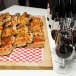 Gros plan sur les bouchées et le vin offerts durant une soirée