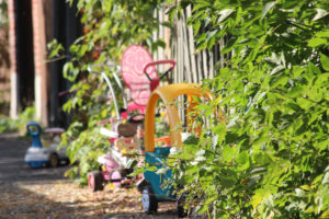Une ruelle à Montréal avec des jouets pour enfants.
